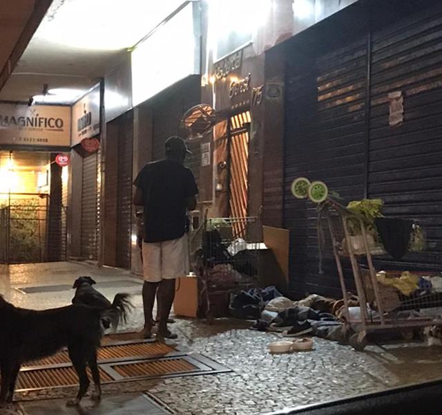 População de rua em frente aos prédios incomoda moradores