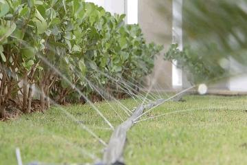 Condomínio utiliza água da chuva para molhar jardim e limpar áreas comuns